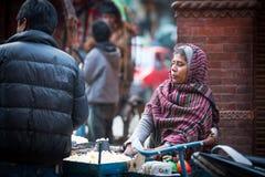 KATHMANDU, NEPAL - Straßenhändler in der historischen Mitte der Stadt Lizenzfreies Stockbild