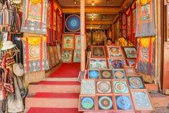 Kathmandu Nepal, Wrzesień, - 21, 2016: Frontowy widok pamiątkarski sklep sprzedaje tradycyjną Tybetańską sztukę przy Kathmandu, N Zdjęcia Royalty Free