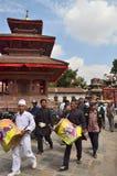 Kathmandu, Nepal, Wrzesień, 27, 2013, ludzie chodzi na antycznym Durbar obciosuje W wiośnie 2015 kwadrat stronniczo niszczył obrazy royalty free