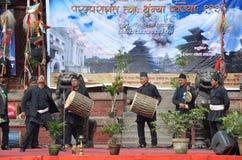 Kathmandu, Nepal, Wrzesień, 27, 2013, ludzie chodzi na antycznym Durbar obciosuje W wiośnie 2015 kwadrat stronniczo niszczył obrazy stock