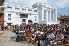 Kathmandu, Nepal, Wrzesień 27, 2013, ludzie, siedzi na antycznym Durbar kwadracie i czeka peformance, W wiośnie 2015 kwadrat zdjęcie royalty free