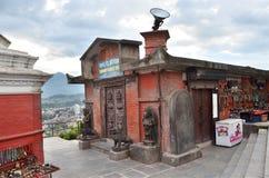 Kathmandu, Nepal, Wrzesień, 29, 2013, Nepalska scena: Muzeum w świątynnym powikłanym Swayambunath (małpi wzgórze) Zdjęcia Royalty Free