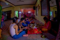 KATHMANDU NEPAL, WRZESIEŃ, - 04, 2017: Niezidentyfikowani ludzie wśrodku budynku udzielenia jedzenia i modlenie blisko Zdjęcie Stock