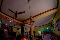KATHMANDU NEPAL, WRZESIEŃ, - 04, 2017: Niezidentyfikowani ludzie wśrodku budynku udzielenia jedzenia i modlenie blisko Fotografia Stock
