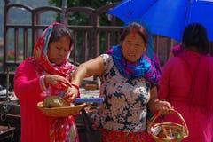 KATHMANDU NEPAL, WRZESIEŃ, - 04, 2017: Unidentifed kobiety trzyma w ich ręka koszu z oblations jedzenie, owoc Obraz Stock