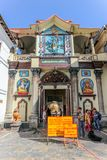 Kathmandu Nepal, Wrzesień, - 21, 2016: Wejście holiest Pashupatinath Hinduska świątynia w Kathmandu, Nepal fotografia stock