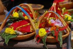 KATHMANDU NEPAL, WRZESIEŃ, - 04, 2017: Zamyka up oblations jedzenie, owoc i kwiaty wśrodku kosza, przy outdoors Zdjęcie Royalty Free