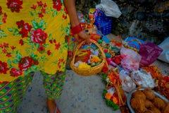 KATHMANDU NEPAL, WRZESIEŃ, - 04, 2017: Zamyka up oblations jedzenie, owoc i kwiaty wśrodku kosza, przy outdoors Zdjęcia Royalty Free