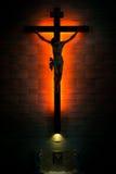 Katholiek Christian Crucifix in silhouet, met onder tabernakel royalty-vrije stock afbeelding