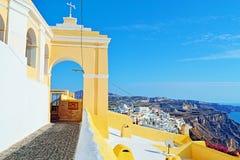 Katholiek het eilandpanorama Griekenland van Kathedraalsantorini stock afbeeldingen