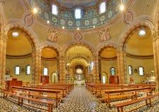 Katholiek kerkpanorama. Alba, Italië. stock foto's