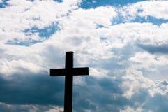 Katholiek kruis bij zonsondergang stock afbeeldingen