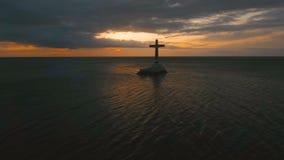 Katholiek kruis in het overzees stock footage