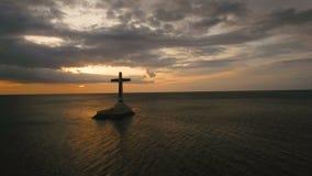 Katholiek kruis in het overzees stock videobeelden