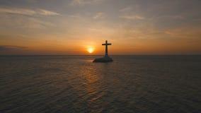 Katholiek kruis in het overzees bij zonsondergang stock videobeelden