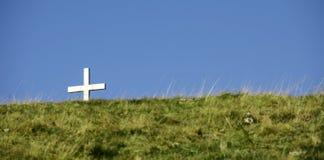 Katholiek kruis op groen gebied royalty-vrije stock foto's