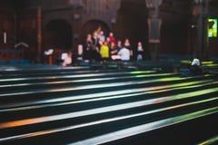 Katholiek lutheran kathedraalbinnenland met kerkkoor het zingen op de achtergrond stock afbeelding