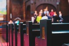 Katholiek lutheran kathedraalbinnenland met kerkkoor het zingen op de achtergrond royalty-vrije stock afbeelding