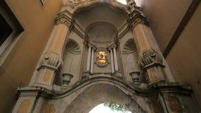 Katholiek Monument op Italiaanse Straat stock video