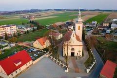 Katholieke die kerk in klein dorp in Polen wordt gesitueerd royalty-vrije stock foto's