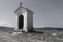 Katholieke kapel op een heuvel met een hemel op de achtergrond Royalty-vrije Stock Afbeelding