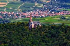 Katholieke kerk in het bos dichtbij Bingen am Rijn en Ruedesheim, Rijnland-Pfalz, Duitsland stock afbeelding