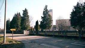 Katholieke kerk in het dorp stock videobeelden