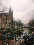 Katholieke kerk van St Francis Xavier langs de straat en kanaal Singel in Amsterdam, Holland, Nederland royalty-vrije stock foto's