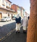 Katholieke Nonnen die de straat in Cuenca Ecuador lopen Stock Afbeelding