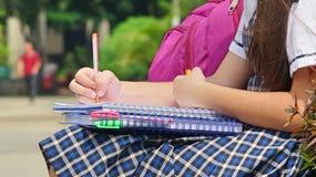 Katholieke Vrouwelijke Student Writing stock afbeelding