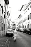 Katholieke zuster die door de straten van Pisa, Italië lopen stock afbeelding