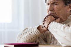 Katholische ältere Frau in der Melancholie lizenzfreie stockbilder