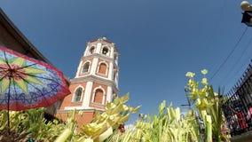 Katholische bewegen Kokosnusspalmblätter wellenartig, um Palmsonntag zu feiern