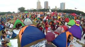 Katholische eifrige Anhänger gesetzt herauf Zelte, Griffnachtwache im Park, um Fest des schwarzen Nazaräers zu beobachten stock video footage