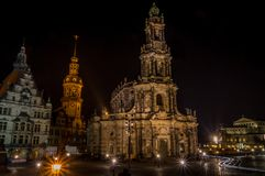 Katholische Gerichts-Kirche Katholische Hofkirche in der Mitte der alten Stadt in Dresden nachts lizenzfreie stockfotografie
