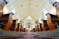 Katholische Innenkirche in Slowakei stockbilder