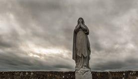 Katholische Jungfrau- Mariastatuengrauhimmel Stockfoto