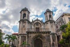 Katholische Kathedrale auf Himmelhintergrund mit Wolken havana kuba stockfotografie