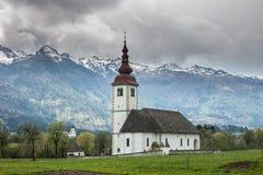 Katholische Kirche auf dem Gebiet unter Alpen Stockfotos