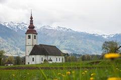 Katholische Kirche auf dem Gebiet unter Alpen Lizenzfreies Stockbild