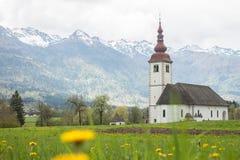 Katholische Kirche auf dem Gebiet unter Alpen Stockfoto