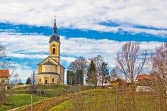 Katholische Kirche auf idyllischem Dorfhügel Lizenzfreie Stockbilder