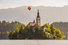 Katholische Kirche in ausgeblutetem See, Slowenien mit Heißluft-Ballon Flyi Stockbild