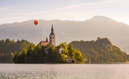 Katholische Kirche in ausgeblutetem See und ausgeblutetes Schloss, Slowenien mit heißem Stockbild