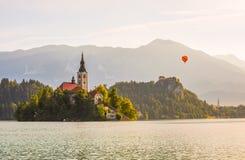 Katholische Kirche in ausgeblutetem See und ausgeblutetes Schloss, Slowenien mit heißem Lizenzfreie Stockfotografie