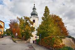 Katholische Kirche Gainfarn des 19. Jahrhunderts im Badekurortstadtschlechten Voeslau Niederösterreich Lizenzfreie Stockbilder