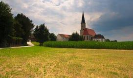 Katholische Kirche an Gasthaus Kirchdorf morgens, Oberösterreich lizenzfreie stockfotografie