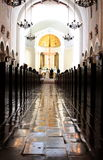 Katholische Kirche-Hochzeit lizenzfreie stockbilder