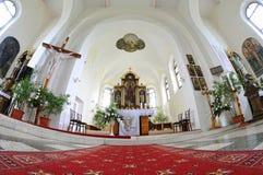 Katholische Kirche im Dorf stockbild