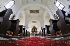 Katholische Kirche im Dorf lizenzfreie stockfotos